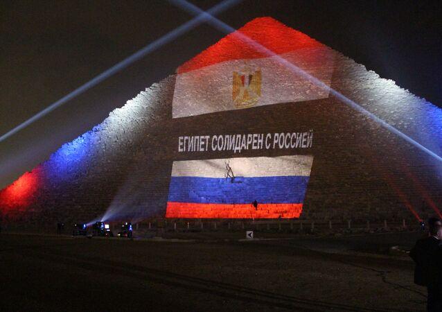 Bandeira da Rússia é projetada sobre pirâmide de Quéps, no Egito, em solidariedade às vítimas da queda do avião A321