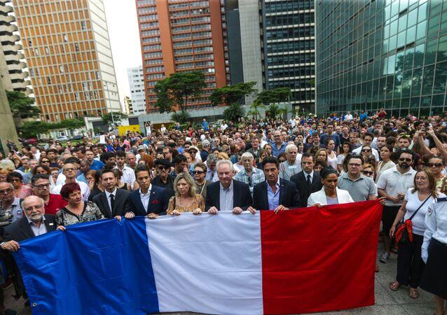 Ato no Consulado da França em São Paulo em homenagem às vítimas dos ataques terroristas de Paris