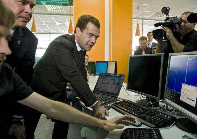 Primeiro-ministro russo Dmitri Medvedev visita uma empresa de software