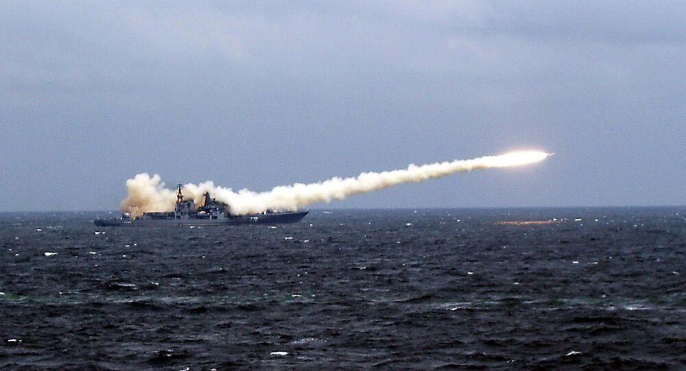Navio russo efetua lançamento de mísseis de cruzeiro