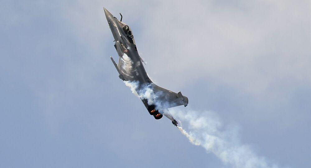 Caça francesa Rafale durante um show aéreo no aeroporto Le Bourget, Paris (foto referencial)
