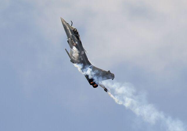 Caça francesa Rafale durante um show aéreo no aeroporto Le Bourget, Paris