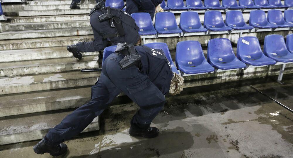 Polícia alemã revista o estádio HDI-Arena, após receber ameaça de bomba, que cancelou o amistoso entre as seleções da Alemanha e da Holanda