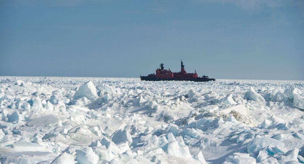 Quebra-gelo Yamal durante exploração ártica no mar de Kara