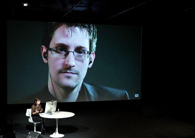 Imagem de Edward Snowden durante uma videoconferência