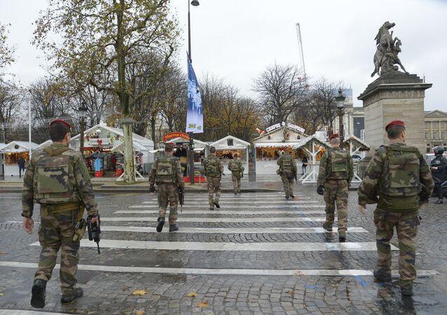 Policiais franceses patrulhando o centro de Paris em 19 de novembro