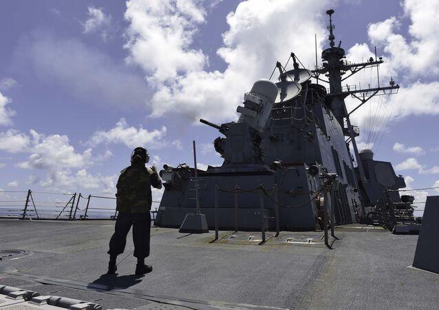 Mar da China Meridional (16 de setembro de 2015) - militar dos EUA observa um exercício de tiro ao vivo a bordo do destróier de mísseis guiados USS Lassen
