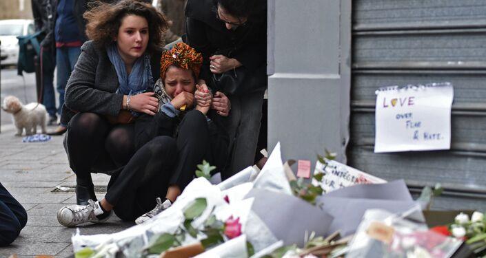 Habitantes de Paris perto do restaurante Le Petit Cambodge em Paris onde teve lugar um dos atentados de 13 de novembro de 2015
