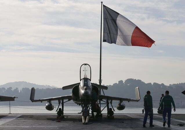 Caça Super Étendard francês hasteia bandeira nacional a bordo do porta-aviões Charles de Gaulle, no porto de Toulon em 18 de novembro