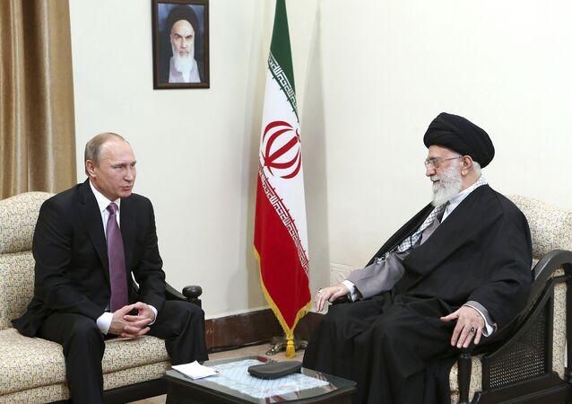 Presidente russo Vladimir Putin (à esquerda) com o líder supremo do Irã aiatolá Ali Khamenei (à direita)