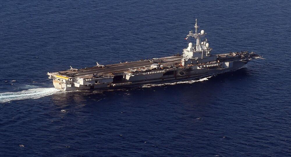 Porta-aviões francês Charles de Gaulle no Mar Mediterrâneo