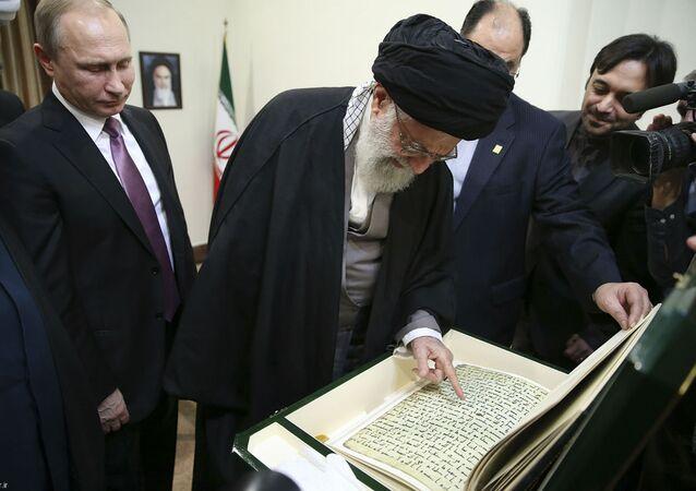 Ali Khamenei lê parte da cópia do Alcorão que recebe de presente de Vladimir Putin.