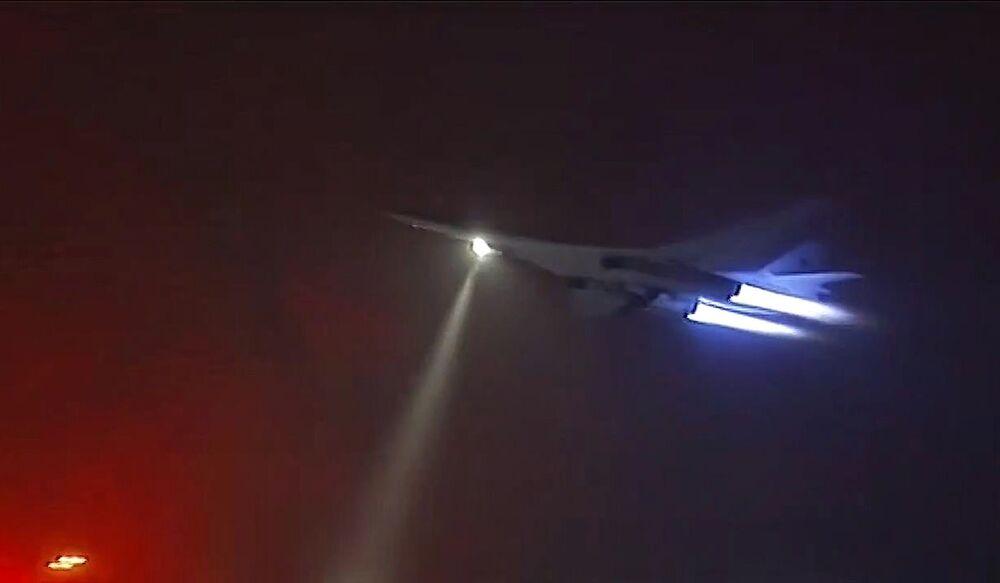 Pesado bombardeiro estratégico Tupolev Tu-160 durante uma manobra contra forças do EI na Síria.