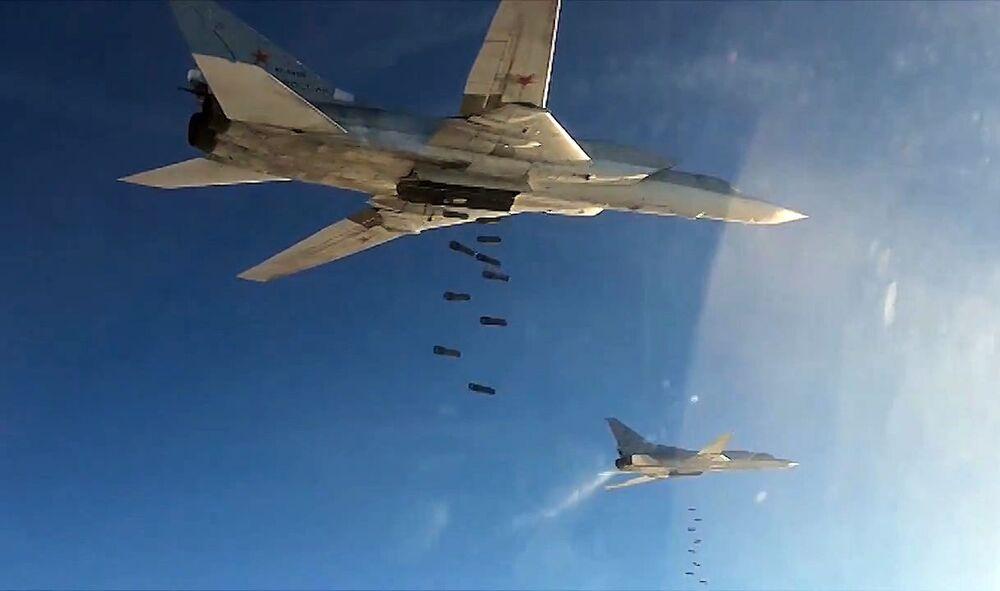 Bombardeiro supersônico Tupolev Tu-22 lançando bombas contra posições do EI na Síria.