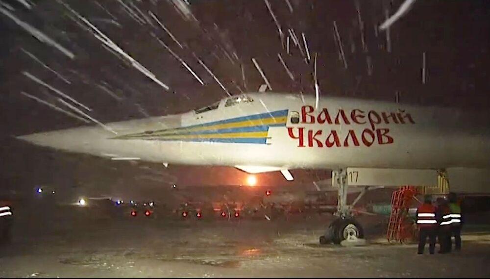 Pesado bombardeiro estratégico Tupolev Tu-160 se prepara para uma missão contra EI na Síria.