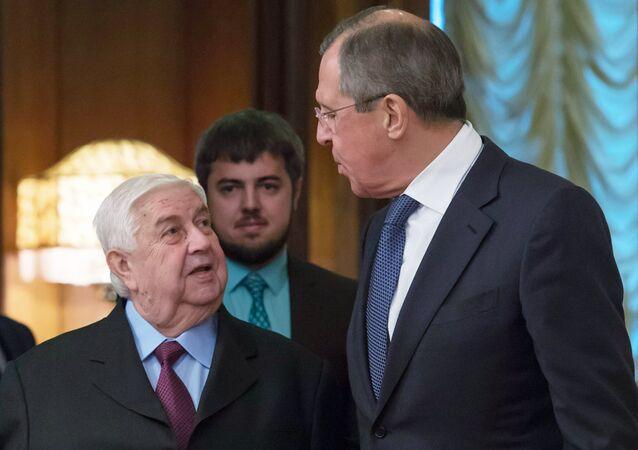 Ministro das Relação Exteriores da Rússia Sergei Lavrov com o seu colega de pasta da Síria Walid Muallem