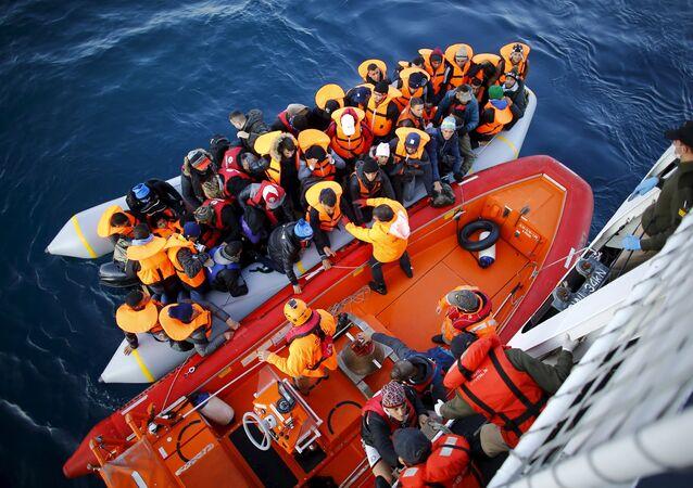 Arquivo (9 de novembro de 2015): autoridades turcas impedem travessia de refugiados em Çanakkale para a ilha grega de Lesbos