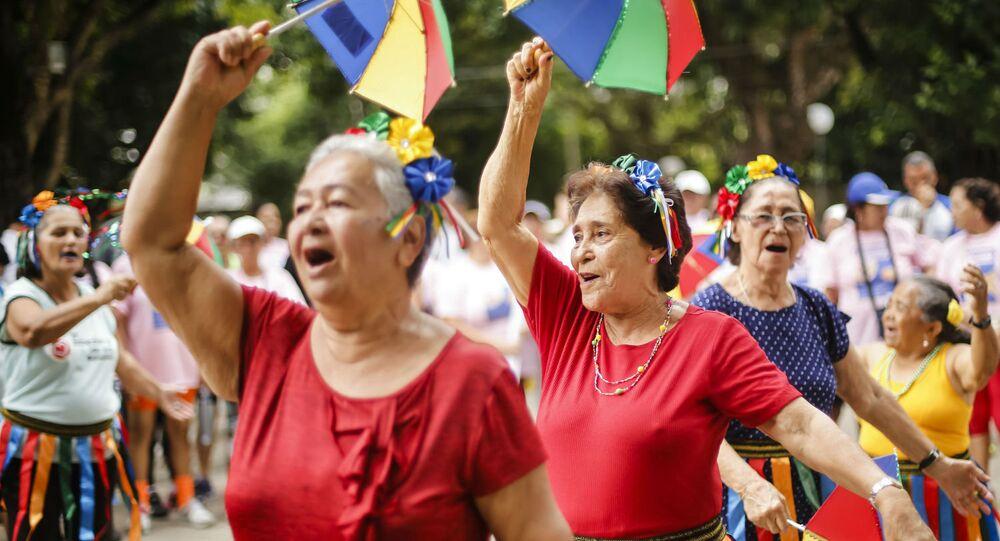 Idosas dançam frevo em Recife.