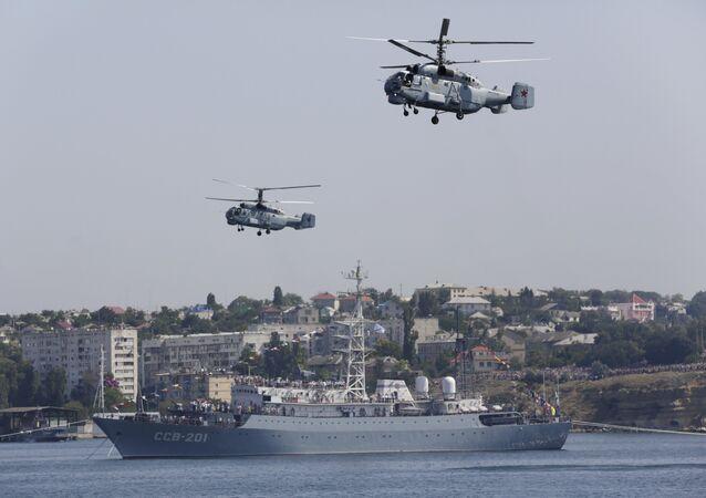 Helicópteros Ka-32 e navio de guerra da Flotilha do Mar negro da Rússia