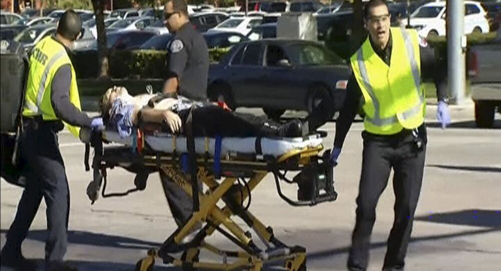 Equipe de emergência resgatam os feridos durante o tiroteio no Inland Regional Center, em San Bernardino, Califórnia