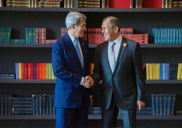O encontro do chanceler russo Sergei Lavrov e o seu colega, secretário de Estado norte-americano John Kerry em Sochi