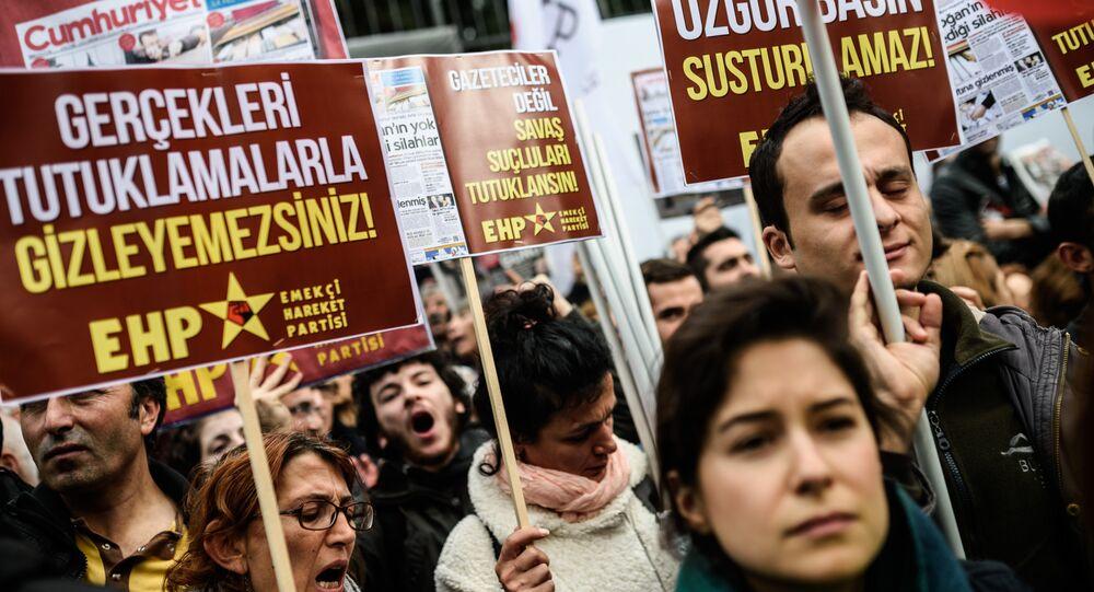 Participantes do protesto contra censura na mídia turca, Istambul, Turquia, 27 de novembro de 2015
