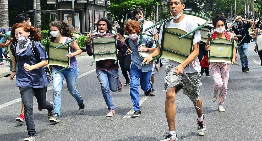 Estudantes são reprimidos pela PM em protesto contra a reorganização do ensino paulista - 03/12/2015