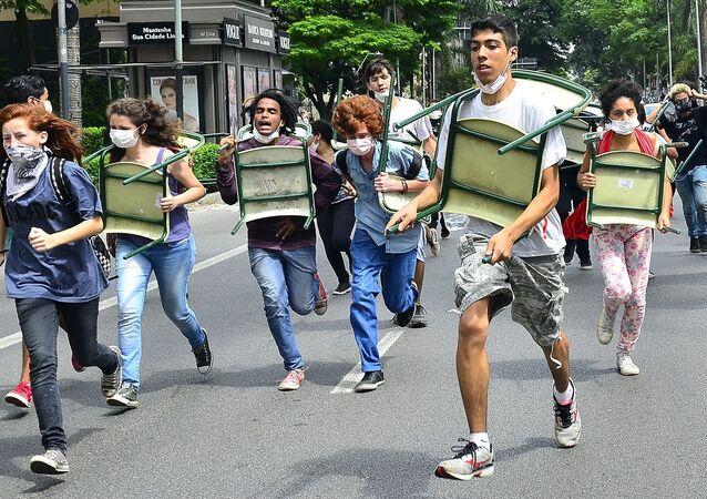 Estudantes são reprimidos pela PM em protesto contra a reorganização do ensino paulista, na quinta-feira (03/12)