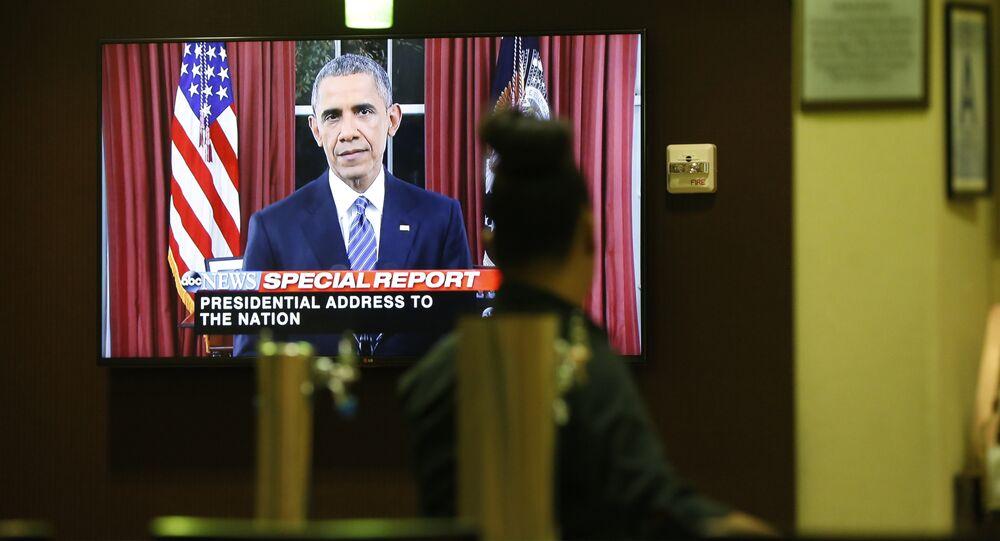 Uma pessoa assista a mensagem à Nação do presidente Barack Obama em inglês