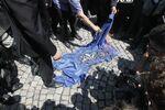 Manifestantes queimam a bandeira da OTAN durante protesto em Belgrado, Sérvia. 13 de junho, 2011