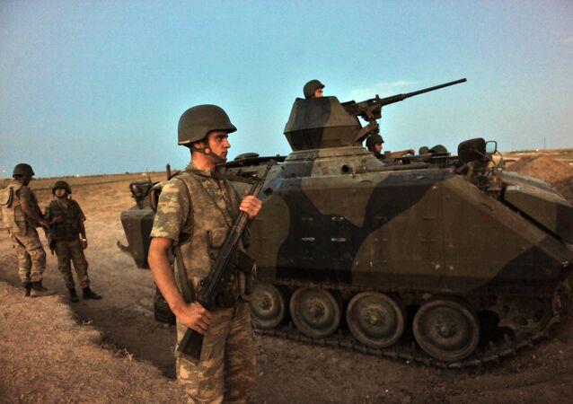 Soldados turcos guardando posições em Akçakale, na fronteira com a Síria