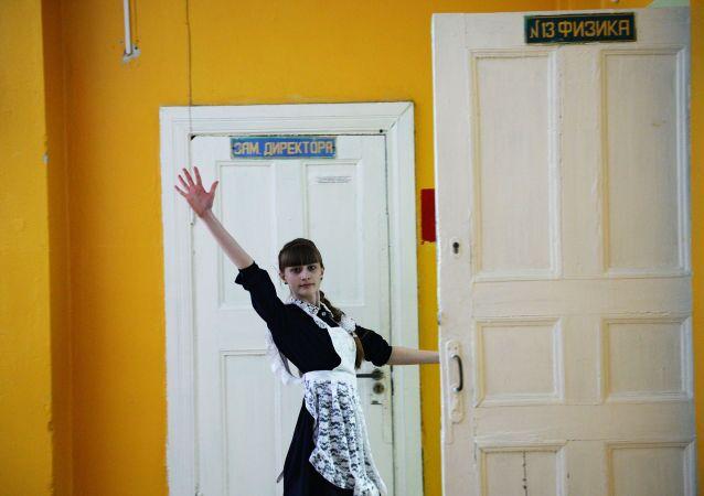 Formanda de uma escola russa do vilarejo Kalinovo, região de Sverdlivsk
