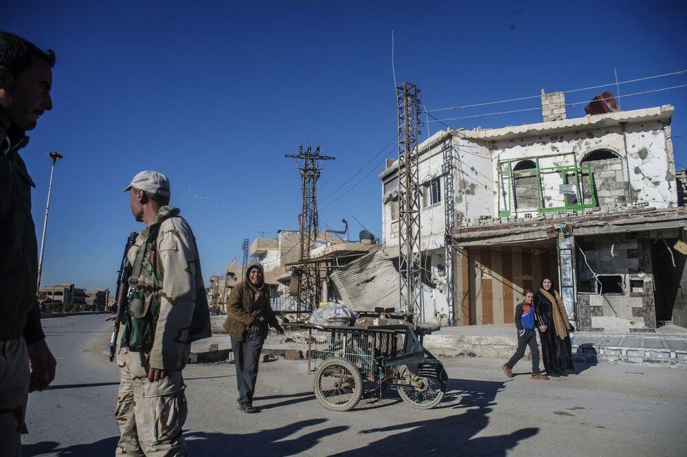 Moradores retornam a um vilarejo cristão destruído pelo Daesh na província de Al-Hasaka, nordeste da Síria
