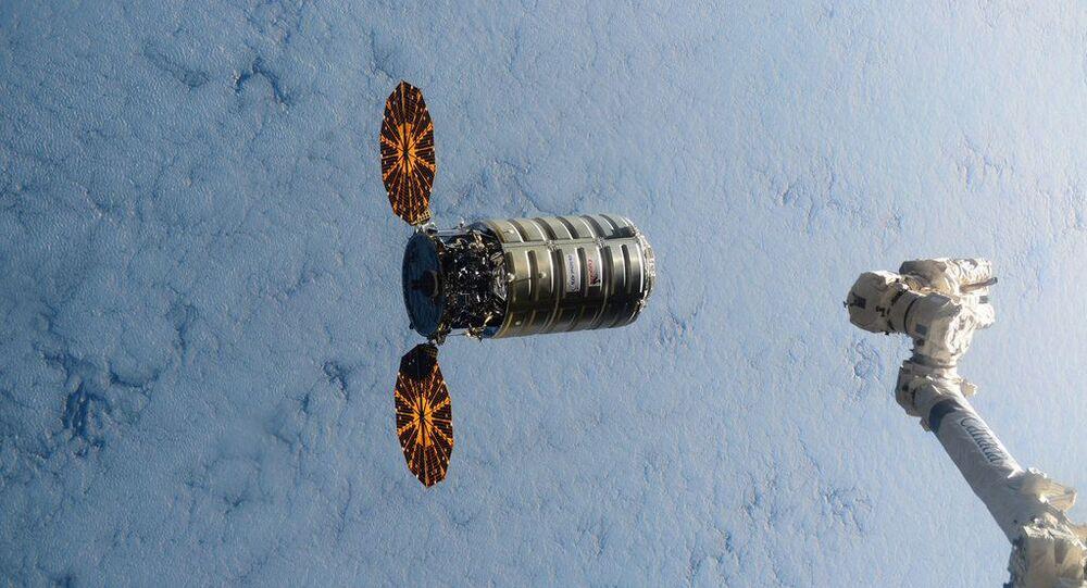 Veículos espacial Cygnus transportando mais de três toneladas de carga se aproxima da Estação Espacial Internacional em 9 de dezembro. A imagem foi publicada pela NASA no Twitter.