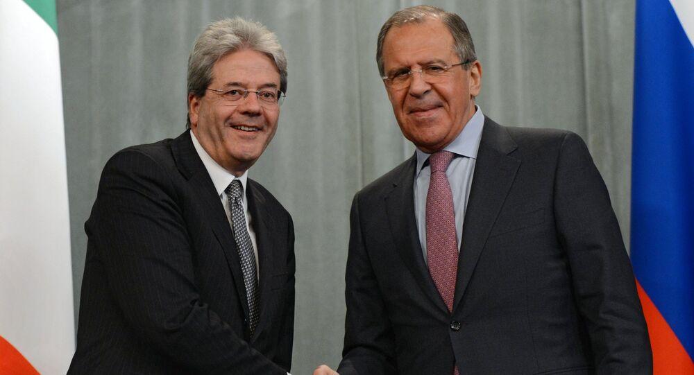 O ministro das Relações Exteriores da Itália, Paolo Gentiloni, com o chanceler russo, Sergei Lavrov
