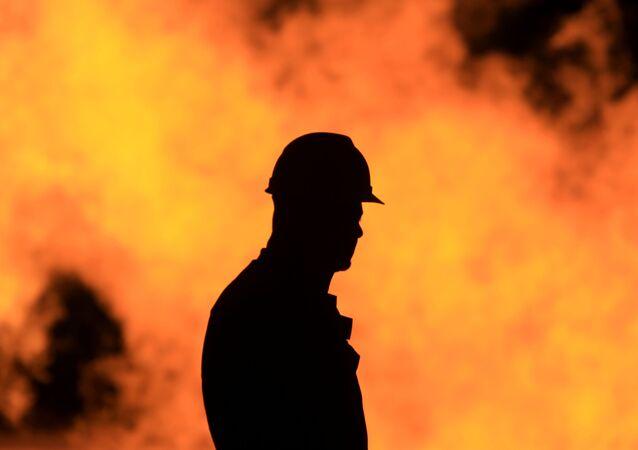 Trabalhador em refinaria de petróleo