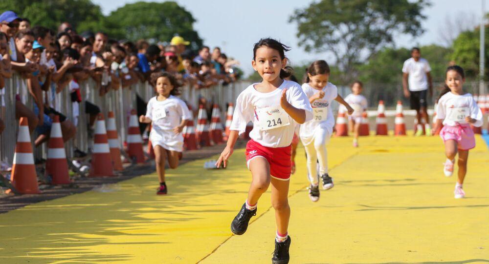 Crianças participam de um evento esportivo em Brasília.