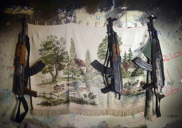 Fuzis AK-47 em esconderijo de rebeldes sírios na cidade de Aleppo