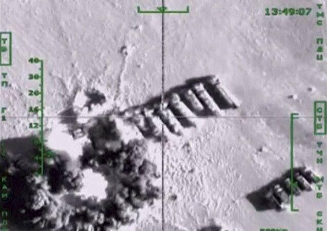 Caminhões do petróleo, que, segundo o Ministério de Defesa da Rússia, estão sendo utilizados por militantes do Daesh, são atingidos por ataques aéreos realizados pela Força Aérea da Rússia, em um local desconhecido na Síria, nesta imagem tomada de um vídeo divulgado pela pasta de Defesa da Rússia em 18 de novembro