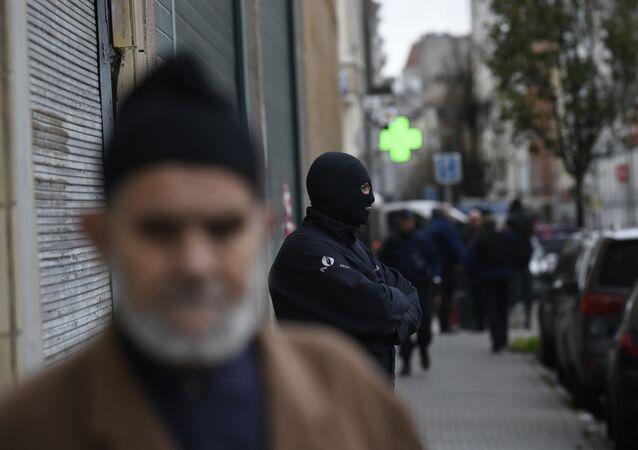 Policial belga na frente de um prédio em Bruxelas, durante operação antiterrorista