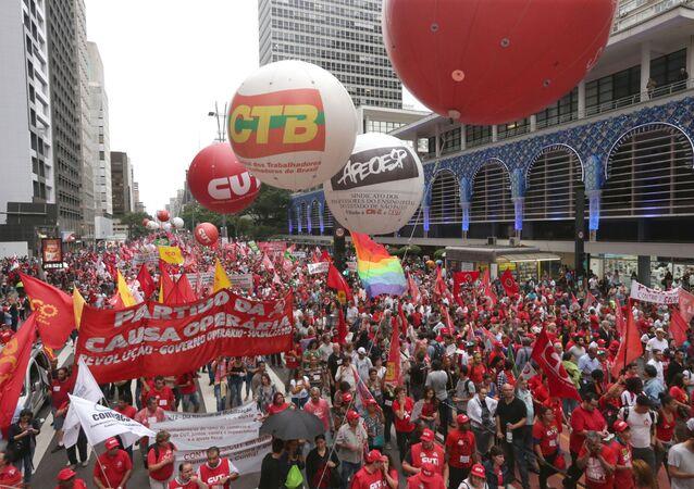 Protesto contra o pedido de impeachment da presidente Dilma na Avenida Paulista