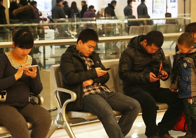 Chinês com seus celulares