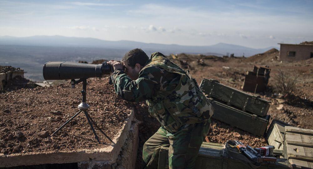 Soldado do exército sírio observa territórios na província de Quneitra
