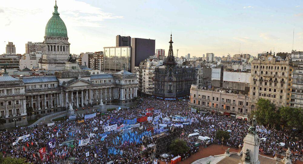 Argentinos protestam contra as políticas do Presidente Mauricio Macri e saem em defesa da Lei de Meios