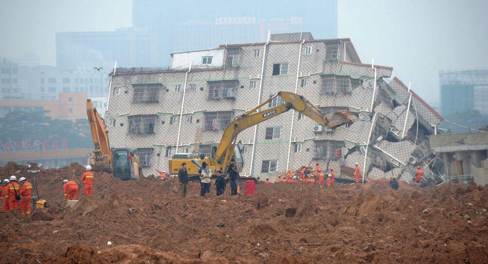As equipes de resgate trabalham no mega deslizamento de terra em Shenzhen, na China.