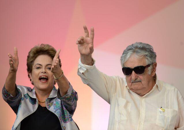 O ex-presidente do Uruguai, José Mujica, e a presidenta do Brasil, Dilma Rousseff durante a 3ª Conferência Nacional de Juventude, em Brasília