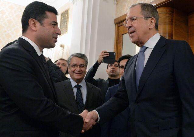 Ministro das Relações Exteriores russo, Sergei Lavrov, durante um encontro com o copresidente do partido de Democracia dos Povos da Turquia, Salahaddin Demirtas, em Moscou, 23 de dezembro de 2015