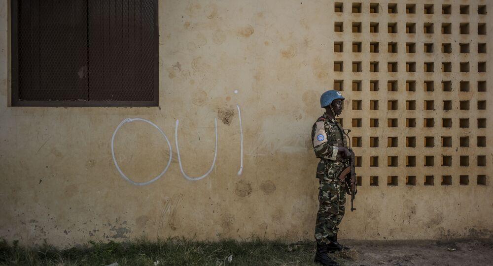 Em 14 de dezembro, na cidade de Bangui, capital da República Centro-Africana, um soldado da ONU na frente de uma parede com a inscrição que diz Sim em francês