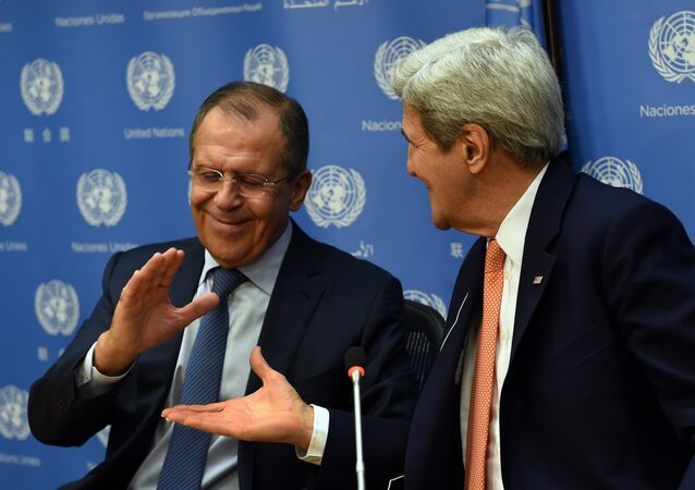 Chanceler russo Sergei Lavrov (E) e secretário de Estado norte-americano John Kerry apertam mãos