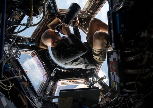 Astronauta da NASA Chris Cassidy ao tirar foto da Terra da EEI
